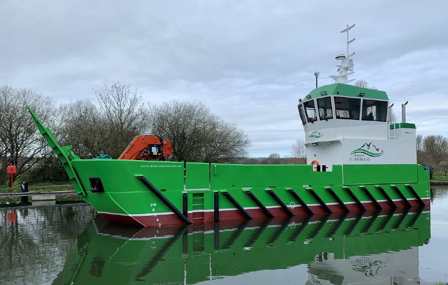 VESSEL REVIEW | Bata nam Brathairean – Versatile fish farm support landing craft for Scottish operator