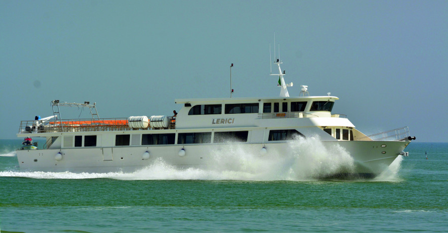 VESSEL REVIEW   Lerici – New fibreglass/wooden passenger ferry for Italy's beautiful Cinque Terre